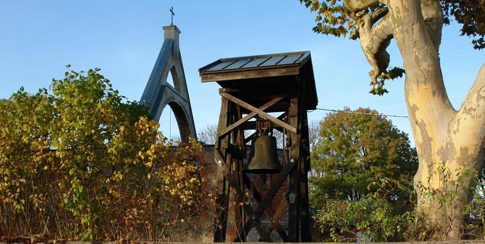 Glockengerüst mit Glocke in Flieth